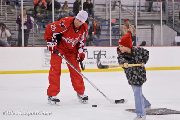 Jason Chimera teaching Caps Club Kids how to shoot the puck at Kettler (Cheryl Nichols/District Sports Page)